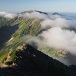 雲の切れ間に北岳山荘が
