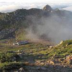 頂上山荘と宝剣岳(右奥トンガリ)