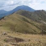 社山は右手奥にあるが正面の笹の山の尾根を拾って右に巻いて行く