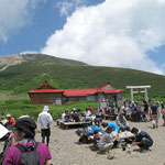 北側広場と神社・奥に御前峰