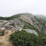 傾斜は緩くなったが雷鳴が・・・・右前方駒ケ岳はガスの中