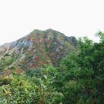 登り始めると右手に朝日岳