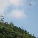 女三瓶山アンテナ基地工事にヘリが荷揚げ作業