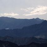 奥に瑞牆山・左に金峰山の五丈岩