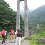 吊り橋を渡り砂防新道を行く
