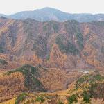ピークから西方向・奥は小川山・右手前建物は町田市自然休暇村