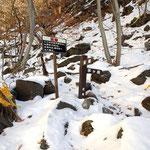 女岩チョイ手前・登山道は右に登る