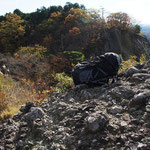 ザックの向こうが鷹取岩