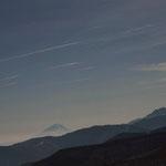 富士山に飛行機雲