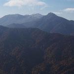 旭岳・奥に那須岳  山頂付近に白いものが