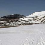 歩き始め・正面の木々が濃い山が東吾妻山
