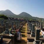 共同墓地から馬路高山と城上山。  麓に工事中の山陰道
