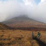 由布岳山頂は雲の中