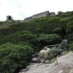 水場から山荘を見上げる