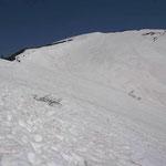 スキーをしたくなるような斜面だがキツイ登高