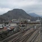 駅西側から岩殿山