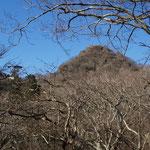 女体山(山頂に一人立っている)