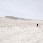 小至仏山トラバース中の妻(雪庇が落ちてこないかチョットはらはら)