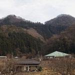 振り返ると月居山・双耳峰で前山(左)後ろ山(右)