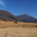 鶴見岳(右奥)