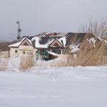 旧スキー場ゲレンデ下部の廃屋
