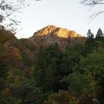 駐車場から見る朝日が当たる男体山