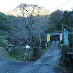 大円地山荘の手前を左に