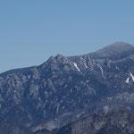 瑞牆山の右奥は小川山