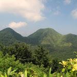 孫三瓶山(左) 子三瓶山