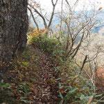 狭い登山道・慎重に進む