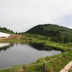 駒ノ大池の向こうに駒ヶ岳