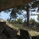 大岩の下で昼食