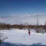 小生のスキートレースの跡を歩く妻