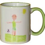 Ein gemaltes Kinderbild auf einer Tasse