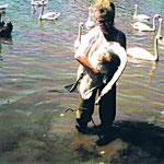 Carmen holt Schwan aus dem Wasser mit Angelhaken und Schnur, die Schnur ist um einen Ast gewickelt.