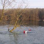 4-03 DLRG Rettungsschwimmer schwimmen zum Schwan