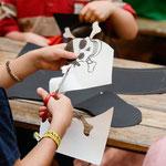 Früh übt sich: die Kinder basteln ihre eigenen Piratenschädel. © Michael M. Roth, MicialMedia