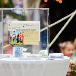 Langsam füllt sich die Spendenbox für die Schattenkinder. © Michael M. Roth, MicialMedia