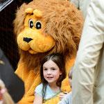 Das Maskottchen Leo wird von den Kindern schnell ins Herz geschlossen © Michael M. Roth, MicialMedia
