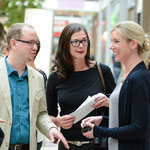 Center-Managerin Anne Klausmann, Beatrice Kindler und Dr. Oliver Langewitz sprechen über die Aktion. © Michael M. Roth, MicialMedia