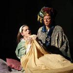 Marelize Gerber (Frau des Kaufmanns) & Michael Schwendinger (Der Kaufmann) in Der Apfel aus Basra - M Kranebitter Foto: Andreas Friess ©