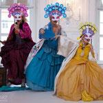 Anna Manske (Tangia), Elsa Giannoulidou (Lisinga) & Marelize Gerber (Sivene) in Le Cinesi - CW Gluck Foto: Charlie Schwarz ©