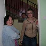 Rechts ist Ellen Betreuerin im Waisenhaus spricht gut Englisch