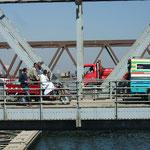 Warten vor der Drehbrücke von Nag Hammadi