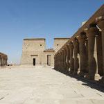 Der Isis-Tempel von der im Stausee versunkenen Insel Philae ...