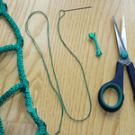 Sie benötigen: das kaputte Netz, ein Stückchen Kordel, Nadel, einen farblich passenden Faden in ca. 2m Länge, (Jeans oder Knopflochgarn) und eine Schere.