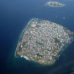 Malé ist die Hauptstadt und das wirtschaftliche Zentrum der Malediven. Die 123.400 Einwohner zählende  Stadt besteht aus der gleichnamigen Hauptinsel Mal é im Süden des Nord-Malé-Atolls sowie aus den drei Inseln Villingili, Hulhumalé und Hulhulé