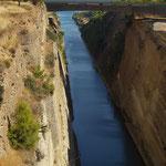 Kanal von Korinth - eine 6.346 Meter lange künstliche Wasserstraße, die das griechische Festland von der Halbinsel Peloponnes trennt und im Jahr 1893 eröffnet wurde.