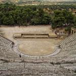 Das 14. 000 Zuschauer Platz bietende Theater von Epidauros ist eines der größten der Antike und das am besten erhaltene in ganz Griechenland.  Es beeindruckt auch heute noch seine Besucher mit einer brillanten Akustik