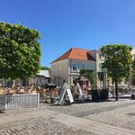 Marktplatz in Ringkøbing - Mittelpunkt der Stadt, ein rechteckiger gepflasterter Platz mit markanten Gebäuden
